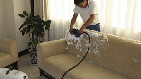 Как правильно почистить диван не испортив его